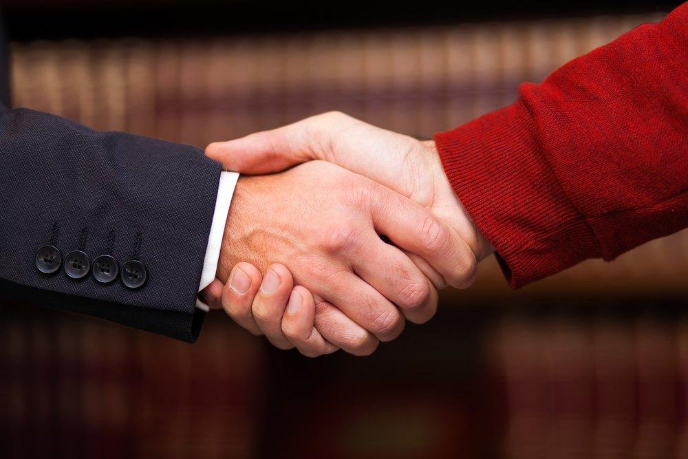 Estudio revela qué consideran las personas al contratar un abogado