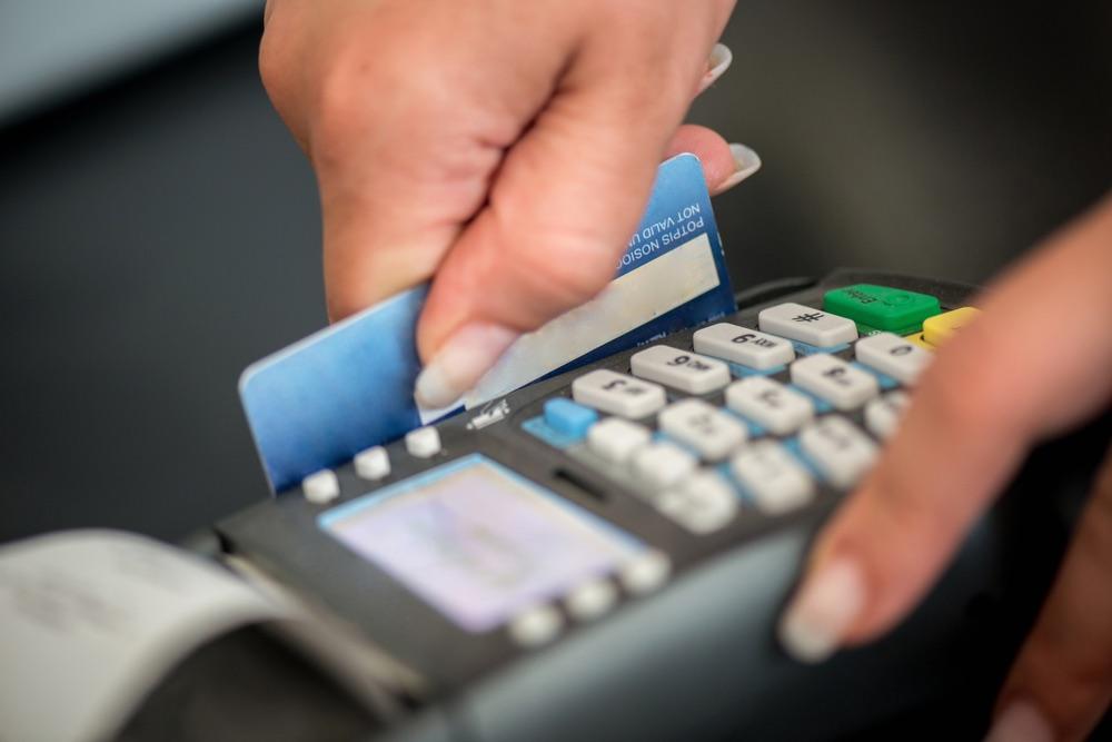 Aprueban medida para poder hacer pagos de derechos y cargos ante agencias con tarjeta de crédito