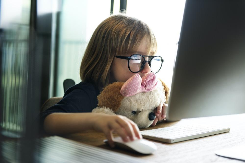 niña computadora
